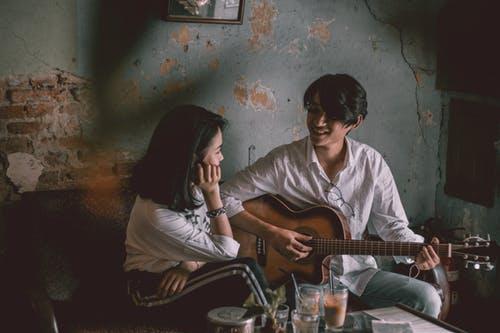 Valentine's Day ideas couple singing